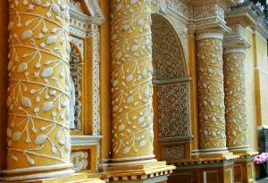 Detalle, columnas fronstispicio de iglesia La Merced, Antigua Guatemala, foto de Thomas Christensen.