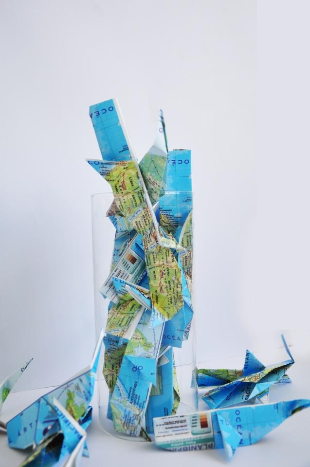"""Cristina Gutiérrez-Cruz, anteproyecto, """"Irse por un tubo"""", cristal, papiroflexia en mapas. 2016."""